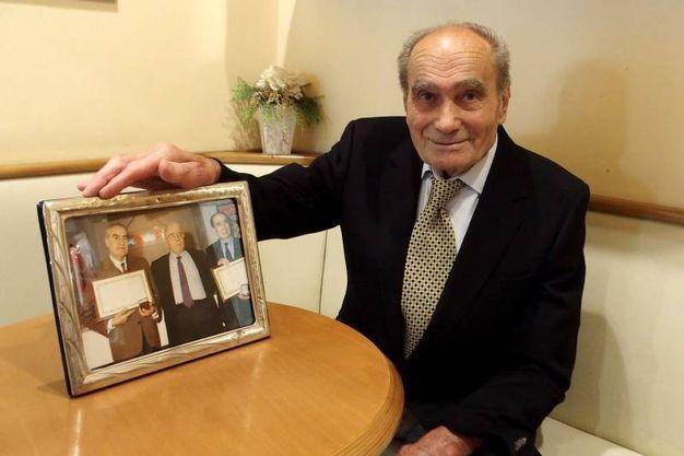 Il fondatore con le foto storiche della gelateria, fondata da lui e dal fratello Armando (foto Pasquale Bove)