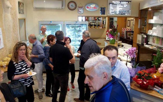 Tante persone in viale Tripoli per festeggiare la storica gelateria (foto Pasquale Bove)