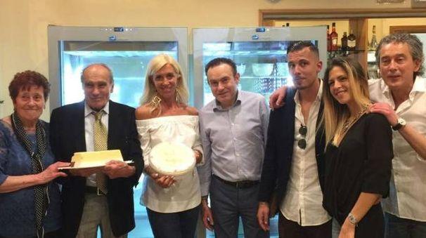 Tonino Marselli e la sua famiglia in posa con la celebre 'mattonella' (foto Petrangeli)