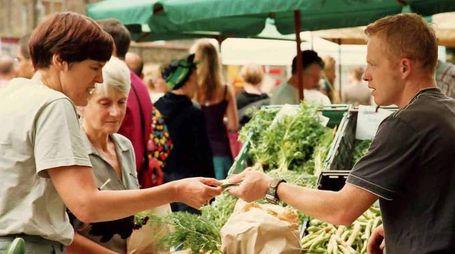 In piazza del Mercato Nuovo stamani torna l'appuntamento  con i banchi del mercato «Terra di Prato»