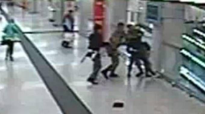 Un fotogramma del video dell'aggressione in stazione Centrale