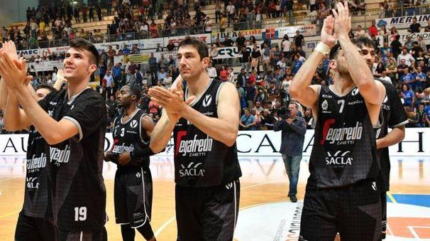 I giocatori della Virtus festeggiano la vittoria (foto Ciamillo)