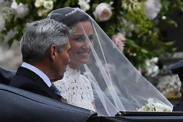L'arrivo della sposa con il padre (Afp)