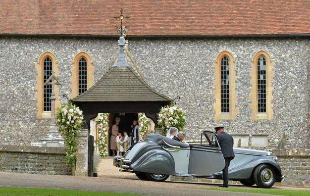 L'arrivo della sposa su una Jaguar Mk V del 1951 (Afp)