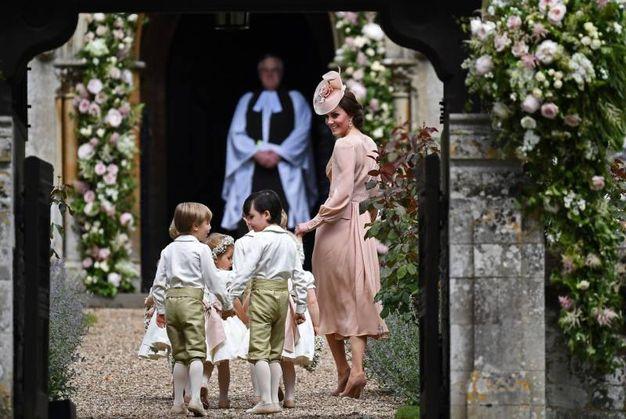 Paggetti e damigelle messi 'in riga' dalla sorella della sposa, la duchessa di Cambrige (Afp)