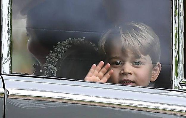 Il principino George lascia la chiesa dove si è tenuto il matrimonio della zia (Afp)