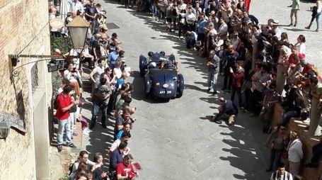 Un'auto storica attraversa il centro di San Miniato tra due ali di folla