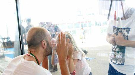 Stefano Tempesti, tricolore al collo, bacia i figli al di là del vetro (foto Alive)