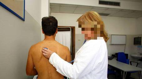 Un medico impegnato in una visita (foto di repertorio)