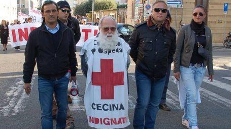 Don Reno Pianeschi ha già manifestato alla testa di un corteo in difesa dell'ospedale cittadino