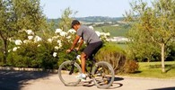 Obama in mountain bike a Borgo Finocchieto (Ansa)
