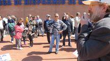 Una protesta dei risparmiatori davanti alla sede della Carisp