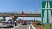 Calcinacci dal ponte in autostrada A14, riaperto il casello di Fano (Fotoprint)