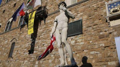 Il David con la bandiera del Regno Unito (New Press Photo)