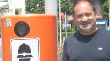 Il sindaco di Borghi Piero Mussoni che mostra una delle colonnine arancioni
