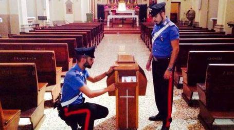 Carabinieri in una chiesa