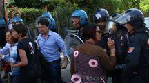 Momenti di tensione tra poliziotti, carabinieri e manifestanti