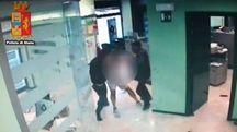 Un momento della rapina in banca