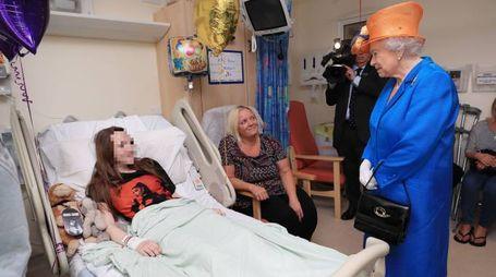 Elisabetta II in ospedale dalle piccole vittime dell'attentato (Afp)
