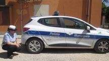 L'auto della polizia municipale speronata durante l'inseguimento