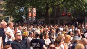 Manchester, la folla canta gli Oasis (Twitter)