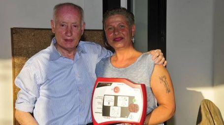 Luana Riva, arrivata apposta dalla Svizzera, consegna il defibrillatore al presidente della società Di Giannantonio
