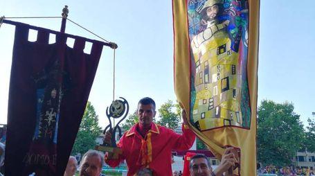 Simone Mereu, fantino di San Giorgio, issato in trionfo dai contradaioli dopo la vittoria nella corsa dei cavalli