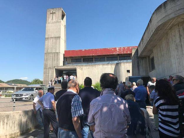 Tantissima gente non è riuscita ed entrare nella chiesa (foto Carnali)