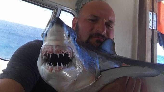 Andrea Brogi con lo squalo pescato alle Secche della Meloria