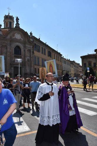 Don Luigi Moncalero di Treviso era affiancato da altri quattro sacerdoti e sei ministranti del culto, che indossavano gli abiti tradizionali del culto cattolico (foto Artioli)