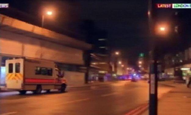 Londra, furgone sulla folla al London Bridge (Ansa)