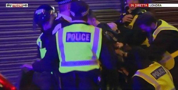 La polizia arresta un sospetto (Ansa)
