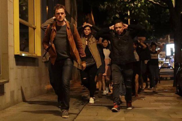 Londra, gente in fuga (Ansa)