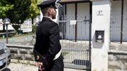 Un carabiniere davanti alla casa dell'omicidio ad Ambrogio di Copparo (foto Busiensspress)