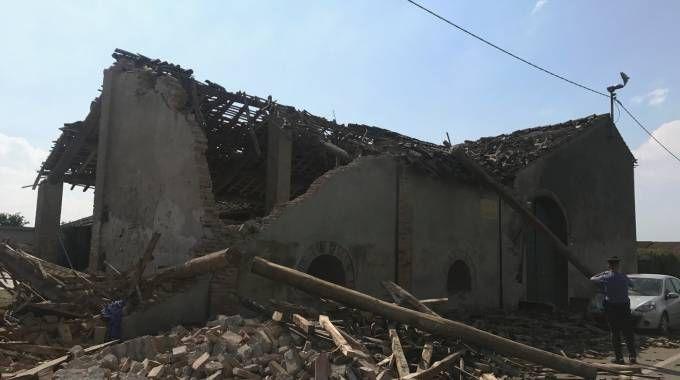 L'INFERNO La cascina  è crollata  e caduta  sulla strada Sono volati tetti, cartelli e alberi