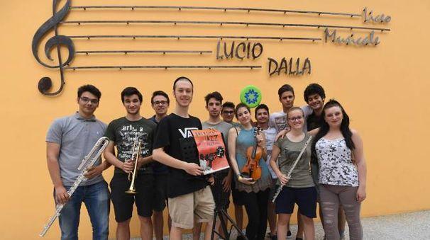 I maturandi del liceo Lucio Dalla (foto Schicchi)