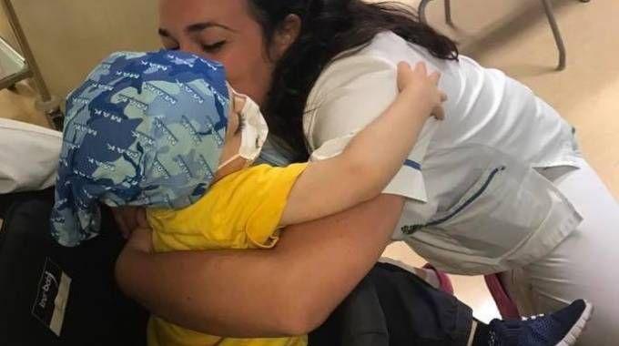 Il piccolo Matteo baciato da un'infermiera
