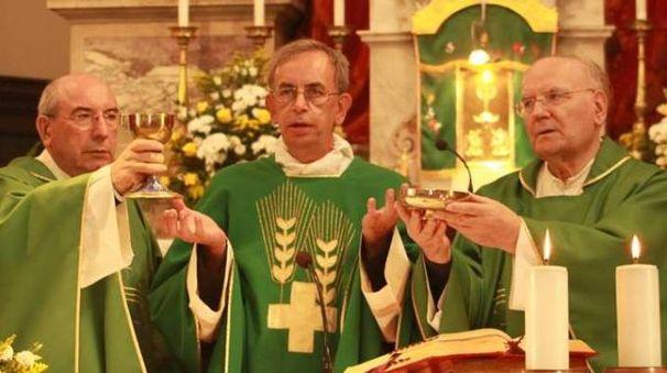 Don Lorenzo Carnovik  mentre officia  la messa. Sulla razzia indagano i carabinieri