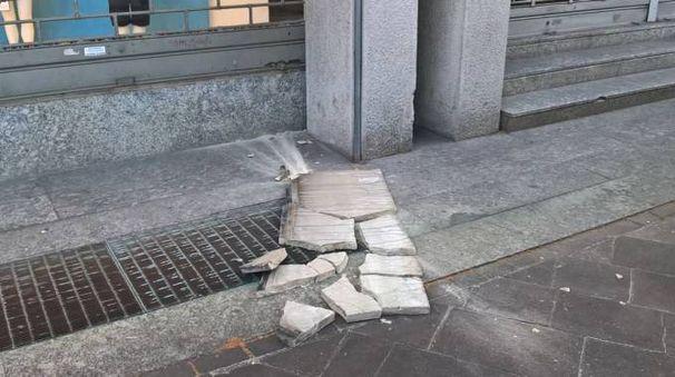 La lastra di marmo crollata