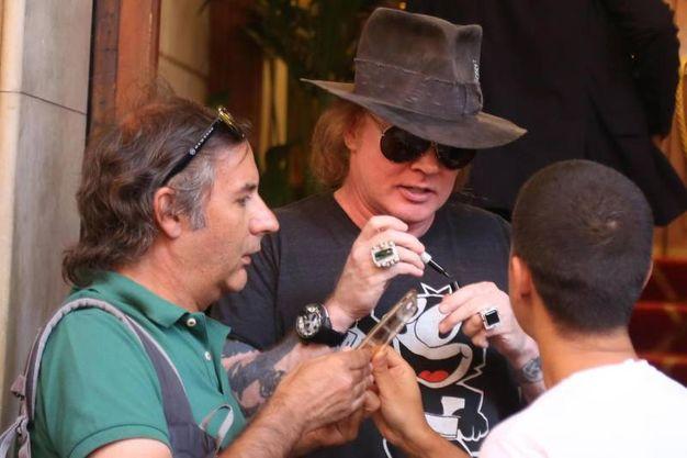 Axl Rose a Bologna mentre firma gli autografi (foto Ansa)