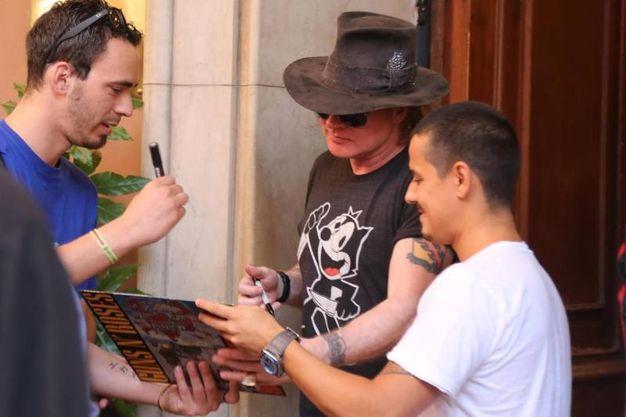 Axl Rose incontra i fan fuori dall'hotel Majestic in via Indipendenza (foto Ansa)