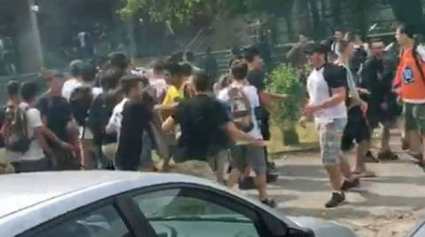Una fase concitata dell'assalto fuori dal liceo