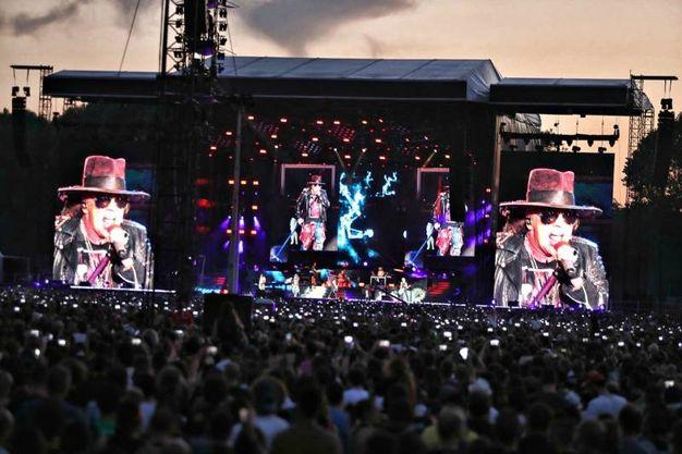 Axl Rose sul palco, comincia il concerto