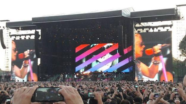 L'inizio del concerto con Axl Rose nel maxischermo