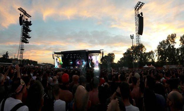 Il concerto di fronte a un autodromo pieno di fan