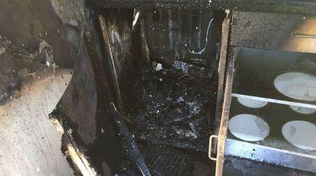 Gli arredi del mini appartamento danneggiato dall'incendio