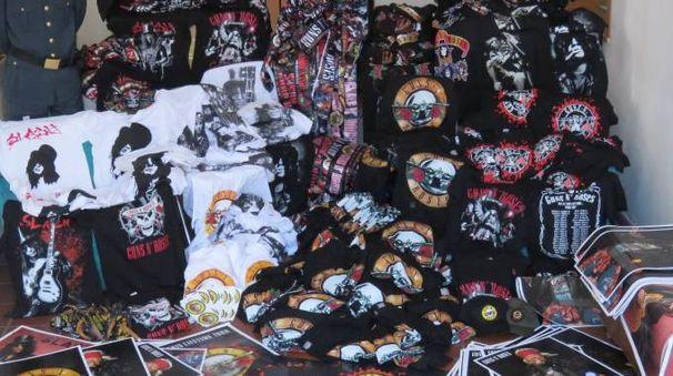 Guns N' Roses, parte dei prodotti falsi sequestrati dalla Finanza fuori dall'Autodromo di Imola (Foto Dire)