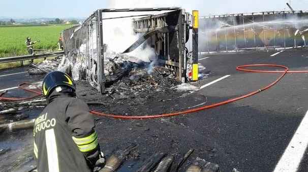 La carcassa di uno dei camion coinvolti nell'incidente