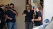 Ligabue dirige il film da lontano, sotto i portici (foto Parmeggiani)