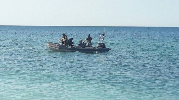 L'intervento di polizia e guardia costiera con il nucleo sommozzatori della Marina militare